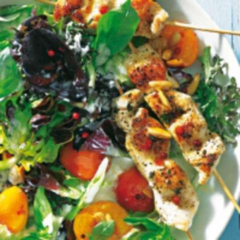 Gebratener Hänchenspieß im Salatnest