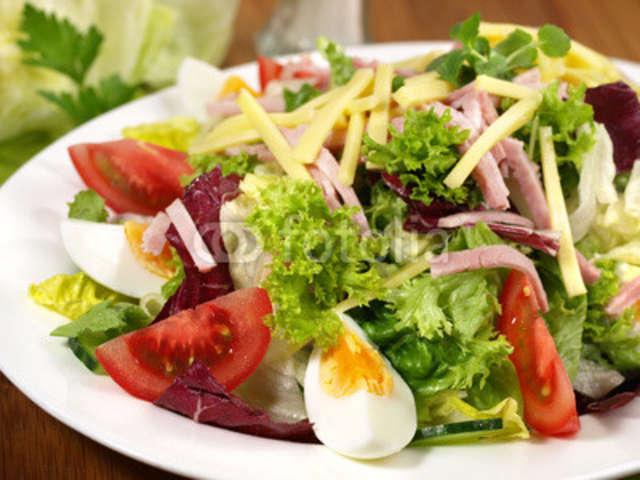 Salat mit Käse, Schinken und Brötchen