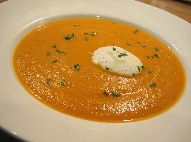 Karotten-Creme Suppe mit Brötchen