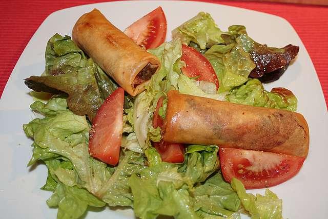 Gemischter Salat mit Frühlingsröllchen und Brötchen