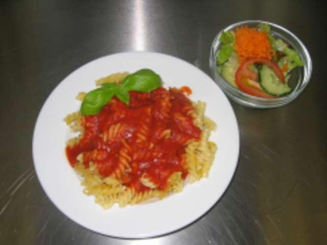 Nudeln in Tomaten Basilikumsoße.