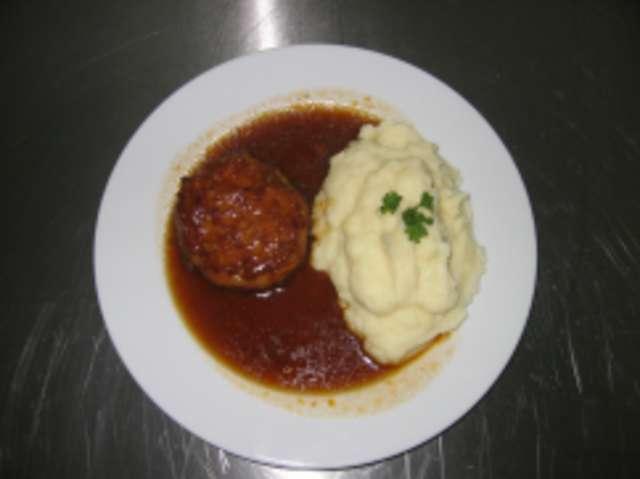 Fleischküchle mit Kartoffelbrei und Gemüse