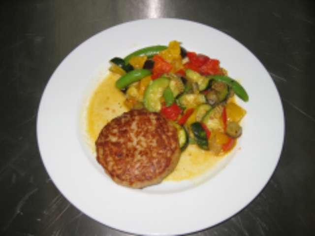 Fleischküchle mit Kroketten und Gemüse