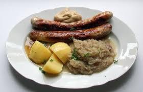 1 Paar Bratwürste mit Sauerkraut und Salzkartoffeln