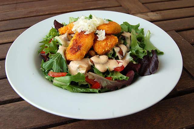 Großer gemischter Salat mit Hähnchen-Nuggets