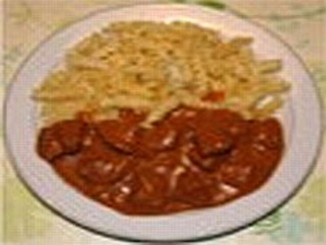 Gulasch mit Nudel und Salat