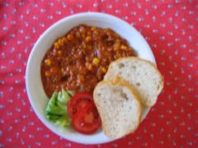 Chili con Carne mit Weißbrot und Salat
