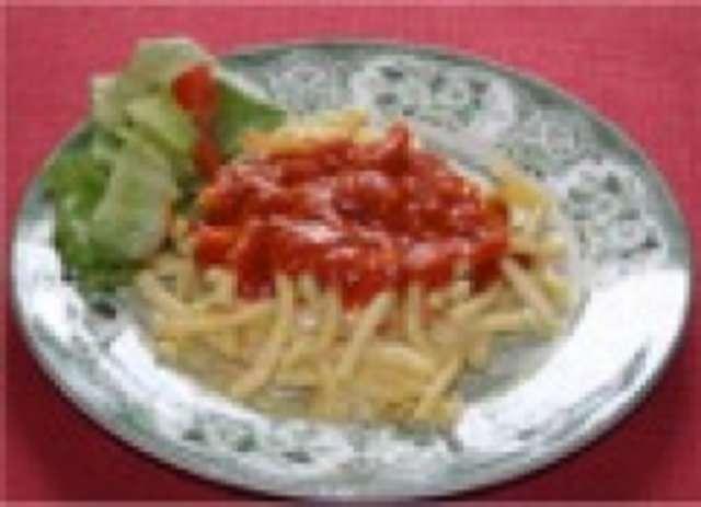 Makkaroni mit Tomatensoße und Salat