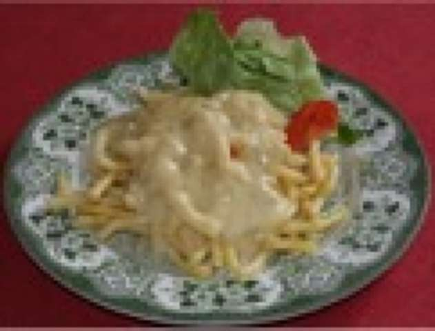 Spaghetti mit pikanter Käsesoße und Salat