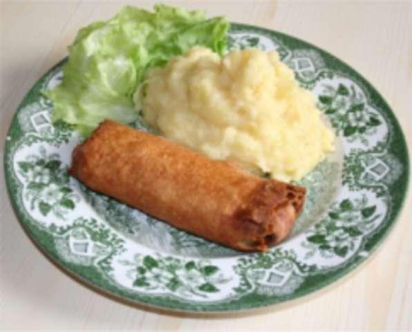 Frühlingsrolle mit Kartoffelpüree und Salat