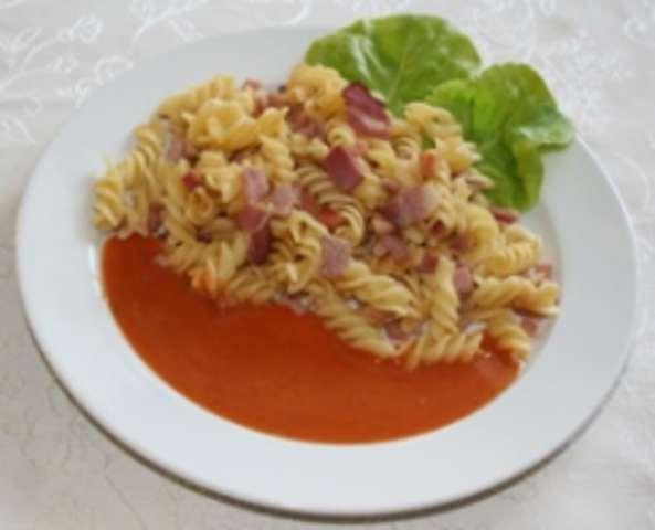 Schinkennudel mit Tomatensoße und Salat