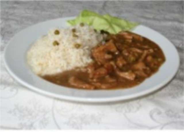 Gulasch mit Reis und Salat