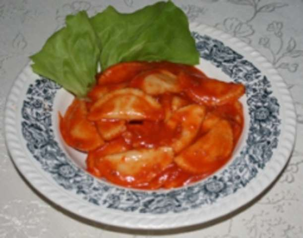 Ravioli-Käsefüllung mit Tomatensoße und Rohkost