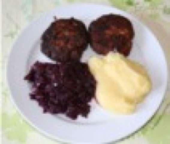 Fleischpflanzl mit Kartoffelpüree und Blaukraut