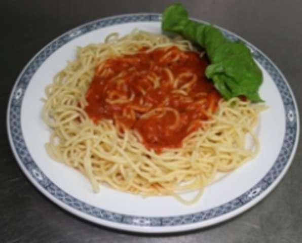 Spaghetti Napoli und Salat