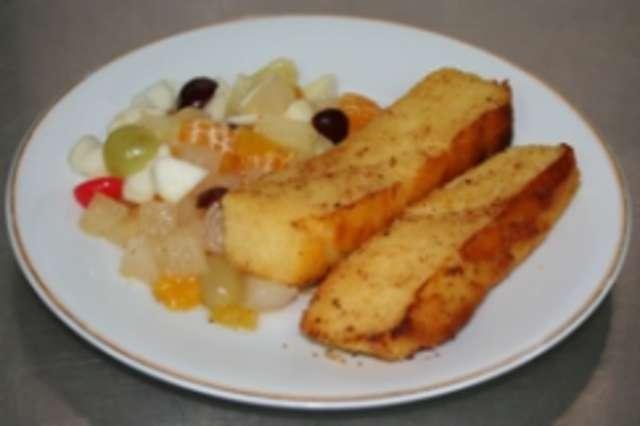Grießschnitten mit Obstsalat