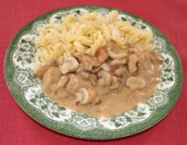 Rahmgeschetzeltes mit Nudeln und Salat