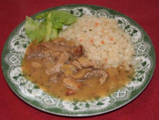 Rahmgeschnetzeltes mit Reis und Salat