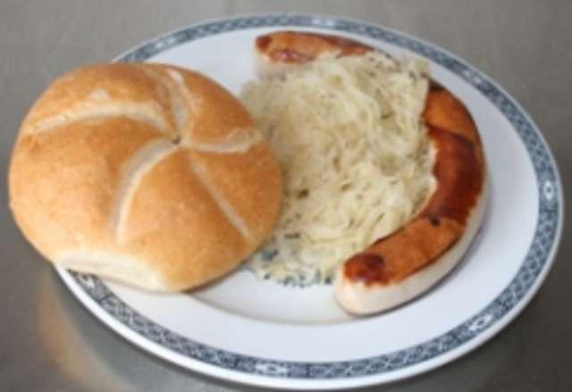 Bratwurst mit Sauerkraut und Semmel