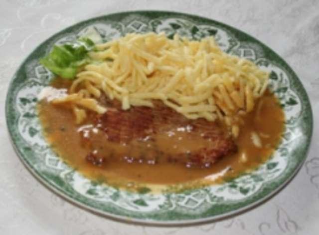 Schnitzel in Pfefferrahm,dazu Spätzle und Salat