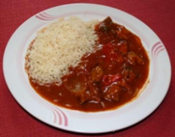 Schaschlikpfanne mit Reis und Salat