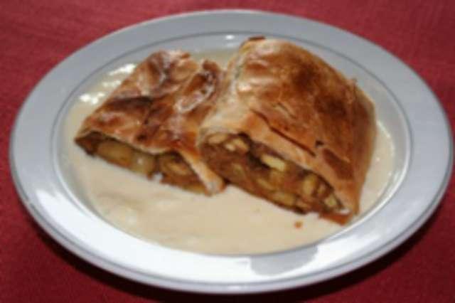 Apfelstrudel mit Vanillesoße und Nachtisch