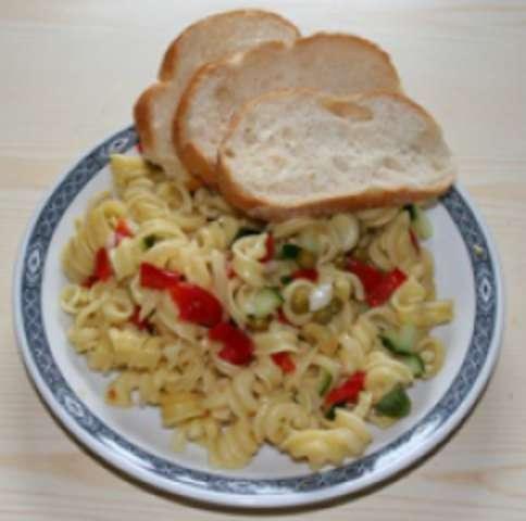 Nudelsalat mit Weißbrot