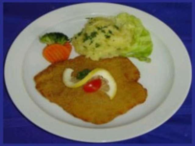 Schweineschnitzel paniert mit Kartoffelsalat und Salat