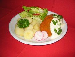 Fischfrikadellen mit, Remoulade und, Salzkartoffeln, Salat an, Cocktail-Dressing