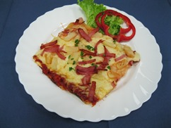 Pizza Hawaii mit, Salat an, Coacktail-Dressing