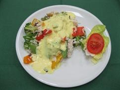 Hähnchen-Gemüse-Reispfanne mit Mango-Joghurtsauce und Kopfsalat an Dressing-Buttermilch