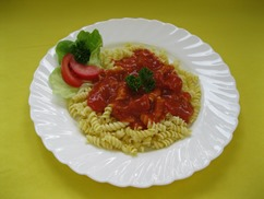 Spiralnudeln mit, Tomatensauce , Salat an, Apfel-Dressing