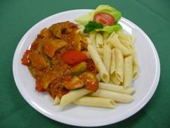 Mediterane Hackpfanne mit Penne, Salat an, Honig Senf-Dressing