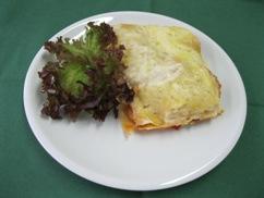 Lasagne mit Grünkern und, Kopfsalat an, Honig-Senf-Dressing