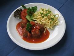 Sojahackbällchen an Tomatensauce mit, Bandnudeln und, Salat an, Dressing Italienische Art