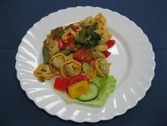 Tortellinipfanne Italia mit, Salat an, Dressing-Senf