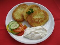 Kartoffelpuffer mit, Kräuterquark, Salat und, Buttermilch-Dressing