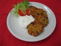 Kartoffel-Kürbiskern-Rösti mit Kräuterdip Eisbergsalat Honig-Senf-Dressing