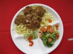 Hackbällchen (Schwein) an Jägersauce, mit Bandnudeln und, Kaisergemüse