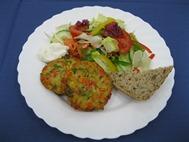 Salatteller mit Gemüsetaler