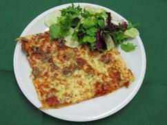 Pizza Funghi mit Möhrensalat