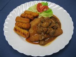 Jägerschnitzel (Schwein), mit, Kroketten und, Gurken-Mais Salat