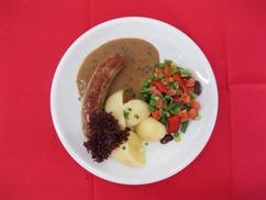Bratwurst (Schwein) mit, Rahmsauce, Püree und, Erbsen & Möhren