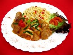 """""""Aktionstag"""" Vegetarischer Wurstgulasch, Griechische Nudeln, Salat an, Joghurt-Dressing"""
