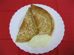 Eierpfannkuchen mit Äpfeln und Vanillesauce
