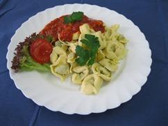 Tortellini mit Tomatensosse Tomatensauce Salat mit Knofi-Dressing
