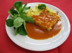 Nudelauflauf mit Schinken (Schwein) & Ei mit, Tomatensauce und, Salat an, Joghurt-Dressing