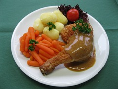 Hähnchenkeule an, Bratensauce, Möhrengemüse und, Wedges
