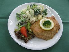 Hähnchenschnitzel mit, Kartoffel-Blumenkohl-Broccoli in Bechamel und, Salat an, Buttermilch-Dressing
