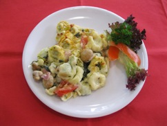 Tortelliniauflauf und, Salat an, Honig Senf Dressing